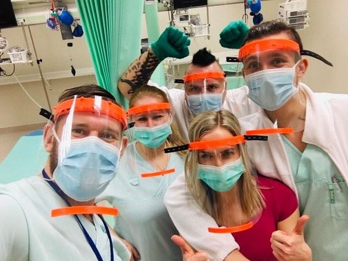 lékaři s ochrannými štíty