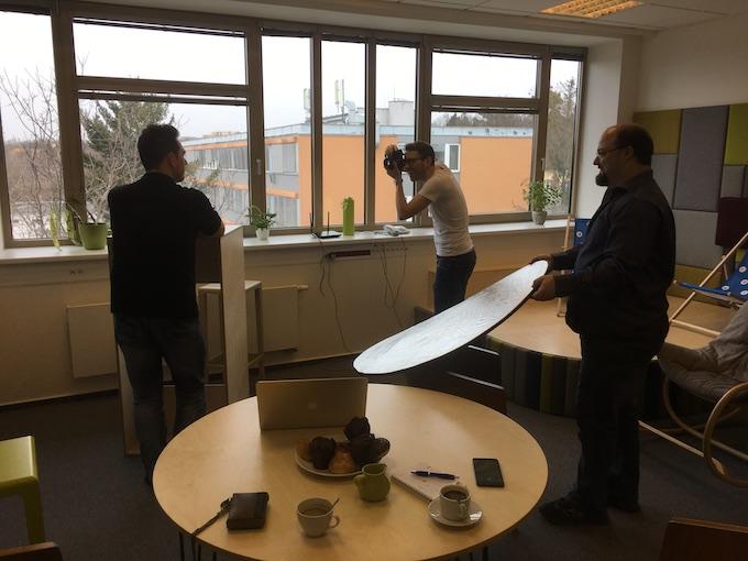 Kanceláře jsme dočasně proměnili ve fotografický ateliér.